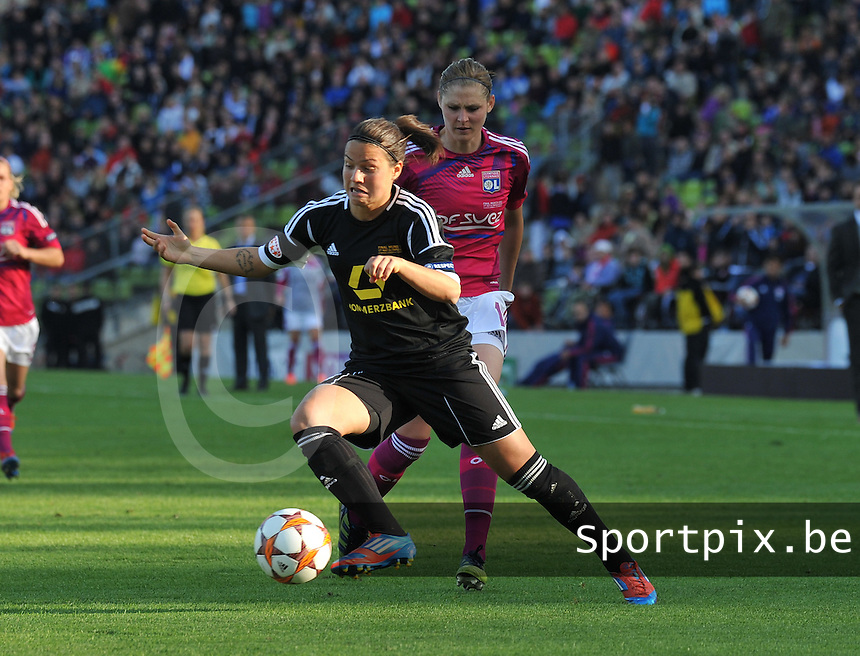Uefa Women 's Champions League Final 2012 at Olympiastadion Munchen : Olympique Lyon -  FC Frankfurt : Dzsenifer Marozsan aan de bal voor Corine Franco..foto DAVID CATRY / JOKE VUYLSTEKE / Vrouwenteam.be
