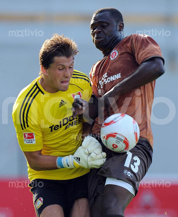 FUSSBALL     1. BUNDESLIGA     SAISON 2010/2011     TESTSPIEL FC St. Pauli Hamburg - Bayer 04 Leverkusen             16.07.2010  Torwart Rene ADLER (li, Leverkusen) gegen Gerald ASAMOAH (re, St. Pauli)