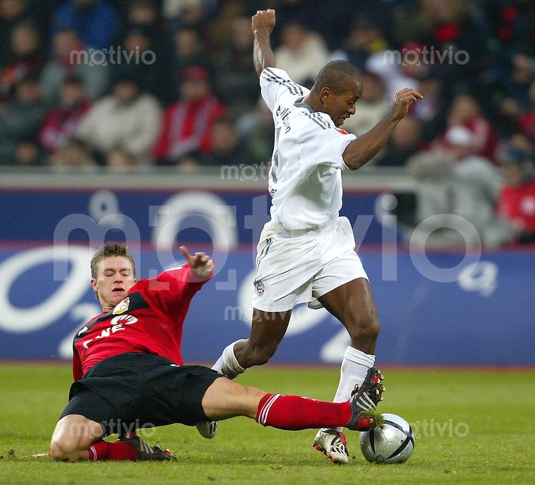 1. Fussball Bundesliga 2003/2004 Bayer Leverkusen - FC Bayern Muenchen (1:3) Ze Roberto (FCB, r) setzt sich gegen Hanno Balitsch (Leverkusen) durch.