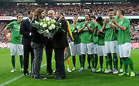 FUSSBALL   1. BUNDESLIGA   SAISON 2011/2012    12. SPIELTAG SV Werder Bremen - 1. FC Koeln                              05.11.2011 Klaus FILBRY, Klaus Dieter FISCHER und Klaus ALLOFS (v.l., alle Werder Bremen) verabschieden Torsten FRINGS (vorn)