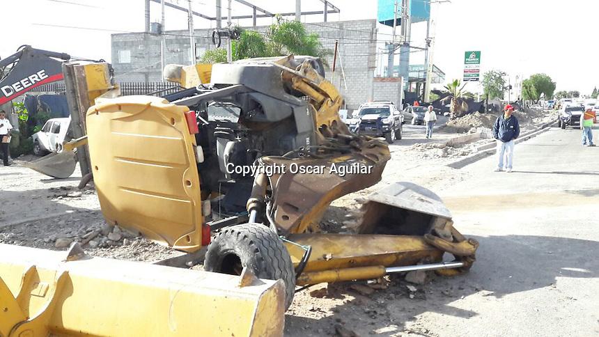 Quer&eacute;taro, Quer&eacute;taro. 21 de julio de 2016.- Una camioneta de transporte de personal choc&oacute; contra una retroexcavadora en el kil&oacute;metro 18 de la carretera Qro -slp, 7 personas resultaron lesionadas y la maquina de construcci&oacute;n volcada sobre la carretera.<br />  <br /> <br /> Foto: Oscar Aguilar