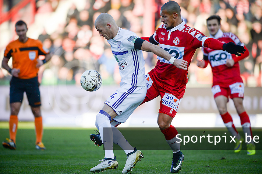 KV Kortrijk - RSC Anderlecht : duel tussen Idriss Saadi (r) en Bram Nuytinck (links)<br /> Foto David Catry | VDB | Bart Vandenbroucke