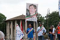 Roma 7 Giugno 2011.Piazza Bocca della Verita'.Sciopero dei tassisti proclamato da 7 sigle sindacali che chiedono il cambiamento del regolamento comunale in via di approvazione in Campidoglio.I manifestanti espongono una foto del sindaco Gianni Alemanno con il naso di pinocchio