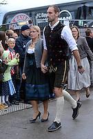 FUSSBALL   1. BUNDESLIGA   SAISON 2012/2013    Die Mannschaft des FC Bayern Muenchen besucht das Oktoberfest am 07.10.2012 Torwart Tom Starke mit Frau