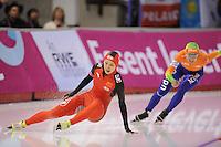 SCHAATSEN: CALGARY: Olympic Oval, 08-11-2013, Essent ISU World Cup, 500m, valpartij Hang Zhang (CHN) in haar rit tegen Laurine van Riessen (NED), ©foto Martin de Jong
