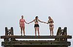 Foto: VidiPhoto<br /> <br /> WIJK BIJ DUURSTEDE &ndash; Drie Doornse meiden springen donderdag van de 8 meter hoge losbrug voor zandauto&rsquo;s, in de Nederrijn bij Wijk bij Duurstede. Vanwege de vakantie vinden er enkele weken geen werkzaamheden plaats en gebruikt de jeugd uit de omgeving de brug als springplank. Ter plaatse staat er een sterke stroming en is springen en zwemmen levensgevaarlijk en bovendien verboden. In de Nederlandse rivieren zijn inmiddels al acht zwemmers om het leven gekomen. Het springen vanaf de losbrug staat bij jongeren bekend als de ultieme kick. Twee van de drie dames konden de verleiding donderdag dan ook niet weerstaan.