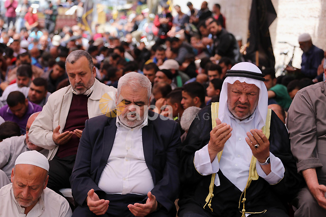 Palestinian supporters of the Islamic Jihad Movement attend Friday prayer to show solidarity with Palestinian prisoners on hunger strike in Israeli Jails, in front of Red cross office in Gaza city, on April 21, 2017. Photo by Mohammed Asad