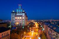 Межвузовская библиотека ОГУ и проспект Победы вечером в Оренбурге