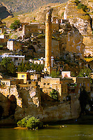 El Rizk Mosque – The Mosque was built in 1409 by the Ayyubid sultan Süleyman and stands on the bank of the Tigris River. It has Kufic incriptions & decorations. Hasankeyf, Turkey