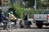 Oaxaca de Ju&aacute;rez, Oaxaca. 29 de Octubre de 2015.- Con una movilizaci&oacute;n llena de vandalismo, y violencia, los integrantes de la secci&oacute;n 22 del Sindicato Nacional de Trabajadores de la Educaci&oacute;n (SNTE), marcharon en exigencia de la liberaci&oacute;n de 4 representantes regionales de nombres  Juan Carlos Orozco Matus, Othon Nazariega Segura, Efra&iacute;n Picazo P&eacute;rez, y  Roberto Abel Jim&eacute;nez, quienes fueran detenidos la madrugada de anoche por la polic&iacute;a federal, acusados por varios delitos.<br /> <br />  Dicha movilizaci&oacute;n estuvo pr&aacute;cticamente censurada con la prensa en todo el trayecto por un grupo radical de docentes que encabezaban la marcha, quienes a su paso, rompieron cristales de cajeros autom&aacute;ticos, tiendas departamentales, hicieron pintas en residencias privadas, vandalizaron dos camionetas de la polic&iacute;a federal que estaban estacionadas en un hotel, y golpearon brutalmente a una persona hasta desangrarle la boca, acus&aacute;ndolo de esp&iacute;a del gobierno, mismo a quien humillaron p&uacute;blicamente amarr&aacute;ndolo de manos y exhibiendo al frente de su protesta.<br /> <br /> Cabe destacar que los maestros arremetieron censurando en todo momento a la prensa, atacando en varias ocasiones intentando quitar equipos, y obligando a borrar material grafico de sus actos delictivos.