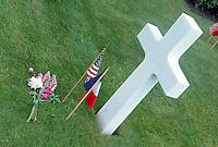 Francia Tombe al cimitero di guerra americano in Normandia Graves at the American cemetery in Normandy, France, fiori e bandiere americana e francese,