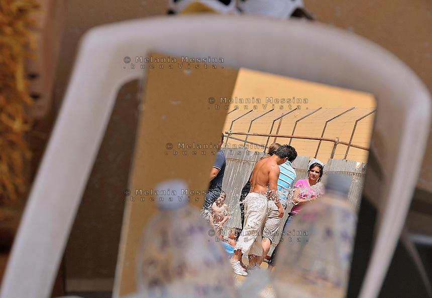 Palermo, a group of families without income and homeless has camped in Zen neigborood, blocking construction sites and resisting violent eviction by the police, they claim their rights to public housing.<br /> Palermo, un gruppo di famiglie senza casa e senza reddito si &egrave; accampata nel quartiere Zen, bloccando i cantieri edili e resistendo a violenti sgomberi della polizia, reclamando l'assegnazione di un alloggio popolare.
