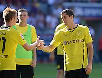 Fussball  1. Bundesliga  Saison 2013/2014    FC Augsburg - Borussia Dortmund      10.08.2013 JUBEL Dortmund; Robert Lewandowski (re) klatscht Marco Reus ab