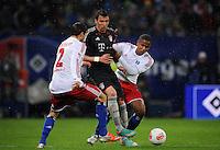 USSBALL   1. BUNDESLIGA    SAISON 2012/2013    10. Spieltag   Hamburger SV - FC Bayern Muenchen                    03.11.2012 Mario Mandzukic (Mitte, FC Bayern Muenchen) gegen Dennis Diekmeier (li) und Michael Mancienne (re, beide Hamburger SV)