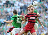 FUSSBALL   1. BUNDESLIGA   SAISON 2011/2012    3. SPIELTAG SV Werder Bremen - SC Freiburg                             20.08.2011 Sokratis PAPASTATHOPOULOS (li) und Per MERTESACKER (hinten, beide Bremen) gegen Oliver BARTH (vorn, Freiburg)