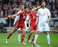 FUSSBALL   1. BUNDESLIGA  SAISON 2011/2012   31. Spieltag FC Bayern Muenchen - FSV Mainz 05       14.04.2012 Mario Gomez (li, FC Bayern Muenchen) gegen Jan Kirchhoff (1. FSV Mainz 05)