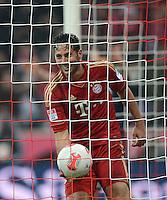 FUSSBALL   1. BUNDESLIGA  SAISON 2012/2013   27. Spieltag   FC Bayern Muenchen - Hamburger SV    30.03.2013 JUBEL FC Bayern Muenchen, vierfacher Torschuetze Claudio Pizarro hat gut lachen mit dem Ball im Tor