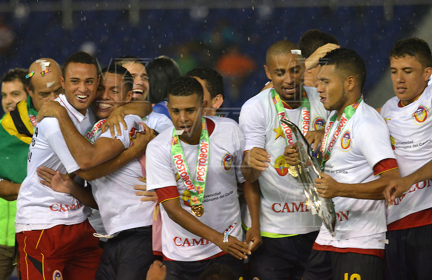BARRANQUILLA - COLOMBIA - 01-07-2013: Jugadores del Universidad Autonoma del Caribe F.C. celebran el titulo del Torneo Postobon durante el partido en el estadio Metropolitano Roberto Melendez de la ciudad de Barranquilla, julio 3 de 2013. Universidad Autonoma y Union Magdalena en partido por la final del Torneo Postobon I. (Foto: VizzorImage / Alfonso Cervantes / Str). The players of Universidad Autonoma del Caribe F.C. celebrate the title of the Postobon Tournament during a game in the Roberto Melendez Metropolitan Stadium in Barranquilla city, July 3, 2013. Universidad Autonoma and Union Magdalena in a match for the final of the Postobon I Tournament. (Photo: VizzorImage / Alfonso Cervantes / Str.)