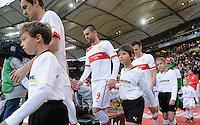 FUSSBALL   1. BUNDESLIGA  SAISON 2012/2013   9. Spieltag   VfB Stuttgart - Eintracht Frankfurt      28.10.2012 Christian Gentner (VfB Stuttgart),  Vedad Ibisevic (VfB Stuttgart) und  William Kvist (v.li., VfB Stuttgart) mit Einlaufkindern