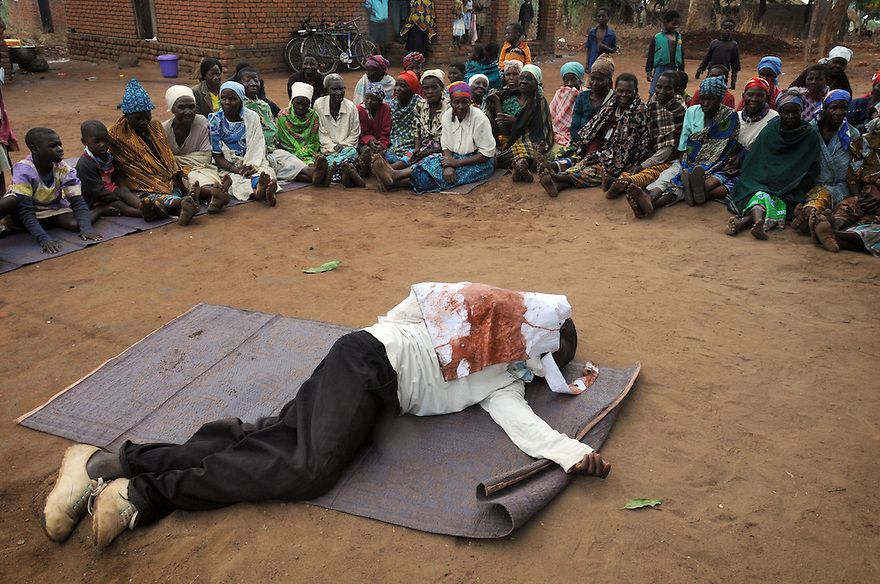THE STORY OF THE GOOD SAMARITAN IS PLAYED OUT TO A CROWD IN KASARIKA, NEAR LUCHENZA, MALAWI. KASARIKA IS AN AIDS COMMUNITY WHICH CARES FOR 45 AIDS WIDOWS AND 111 AIDS ORPHANS. PICTURE BY CLARE KENDALL. 2/11/12