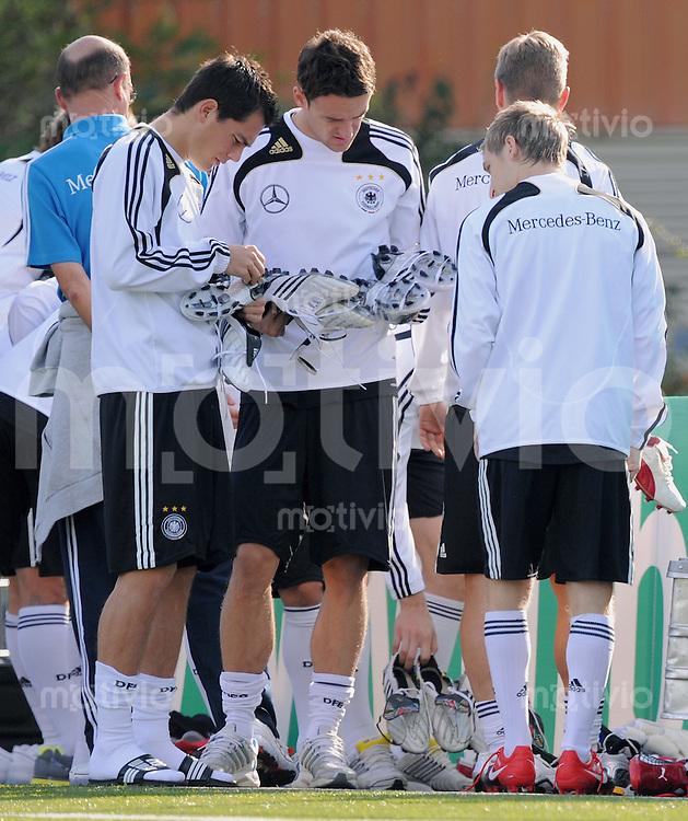 Fussball  International Training der deutschen Nationalmannschaft  am 10.10.2009  Zeigt her eure Schuh; Marcel Schaefer, Christian Gentner und Marko Marin (v.li.)