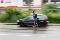 In Utrecht rijdt een man op een skateboard door de regen.<br /> <br /> In Utrecht a man on a skatboard is riding in the rain.
