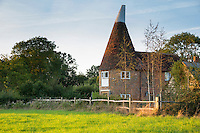 Traditional old Kentish oast houses, hop kiln, for kilning (drying) hops for beer in Kent, England, UK