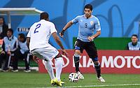 FUSSBALL WM 2014  VORRUNDE    GRUPPE D     Uruguay - England                     19.06.2014 Glen Johnson (li, England) gegen Luis Suarez (re, Uruguay)