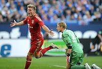 FUSSBALL   1. BUNDESLIGA  SAISON 2012/2013   4. Spieltag FC Schalke 04 - FC Bayern Muenchen      22.09.2012 Jubel nach dem Tor Toni Kroos (li., FC Bayern Muenchen) gegen Torwart Lars Unnerstall (FC Schalke 04)