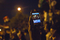 EGITTO, IL CAIRO 9/10 settembre 2011: assalto all'ambasciata israeliana. Migliaia di manifestanti egiziani, ancora infuriati per l'uccisione di cinque guardie di frontiera egiziane da parte dell'esercito israeliano, hanno fatto irruzione nella sede diplomatica israeliana e sono stati poi sgomberati da esercito e polizia egiziana. Nell'immagine: fotografia scattata da un telefono cellulare sui manifestanti la sera delle proteste.<br /> Egypt attack to the Israeli embassy  Attaque &agrave; l'ambassade israelienne Caire