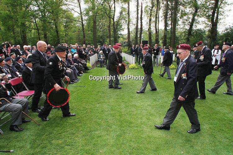 Foto: VidiPhoto..ARNHEM - Zo'n 160 Britse veteranen zijn donderdag in 80 Londense taxi's naar Oosterbeek gereden om op de Airbornebegraafplaats hun gevallen kameraden te herdenken die in september 1944 in Arnhem en omgeving sneuvelden tijdens de Slag om Arnhem. Ook de komende dagen zullen ze allerlei herdenkingen en festiviteiten in Nederland bijwonen. De veteranen nemen zaterdag ook deel aan het Bevrijdingsdefilé in Wageningen..