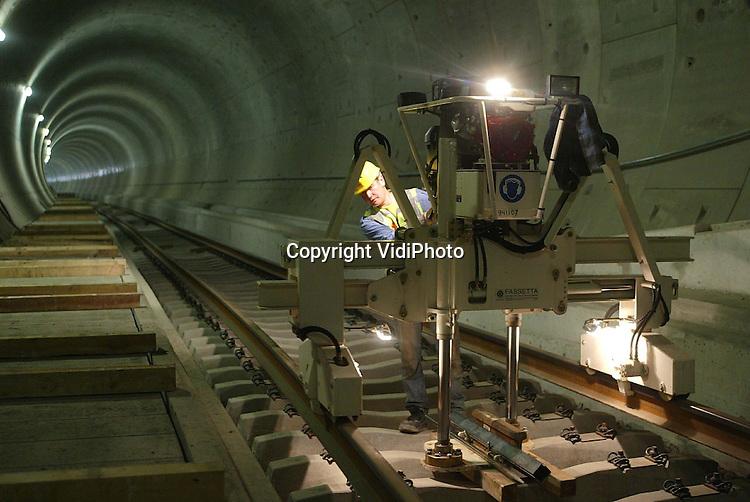 NLD-20040510-GROESSEN: In de spoortunnel onder het Pannerdensch Kanaal bij Groessen is maandag begonnen met de aanleg van de eerste rails. Het railwerk in de tunnelbuizen moet voor de bouwvak klaar zijn. In totaal wordt er 2800 meter rails gelegd. ANP FOTO/COPYRIGHT VIDIPHOTO ***NO INTERNET***