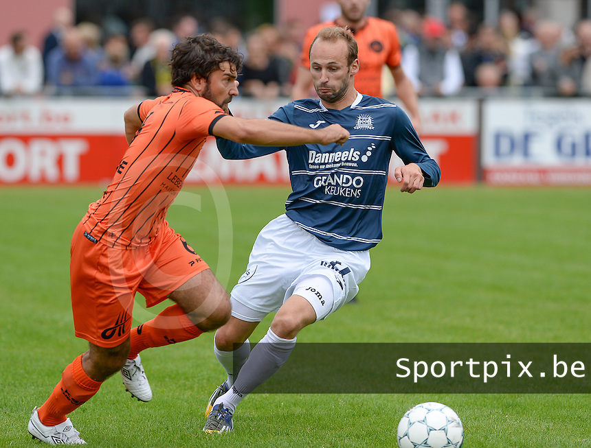 KVC Wingene - SKV Zwevezele : duel tussen Stijn Minne (links) en Christophe Pype (r)<br /> Foto David Catry   VDB   Bart Vandenbroucke