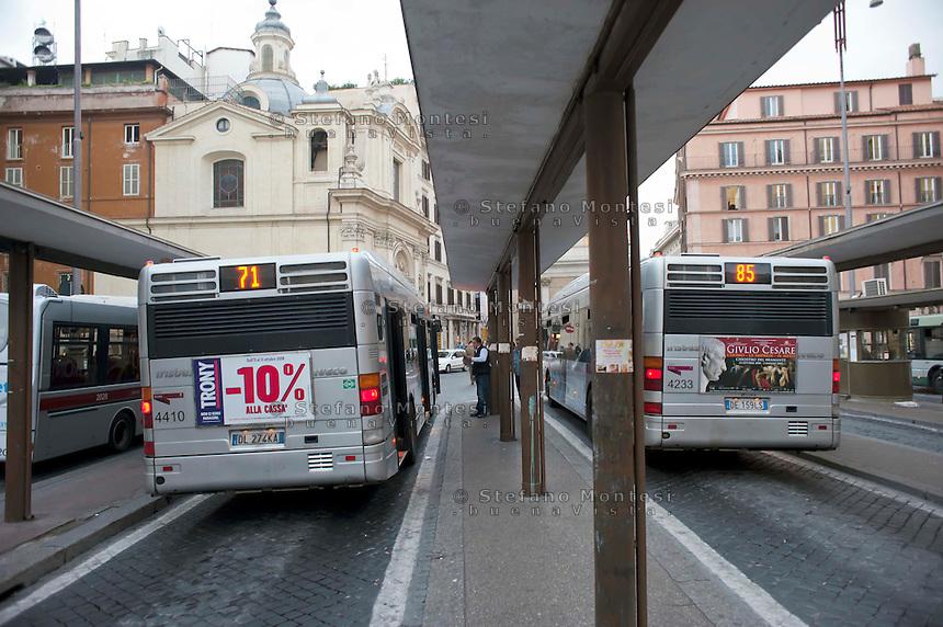 Roma .Piazza San Silvestro e i capolinea  degli autobus