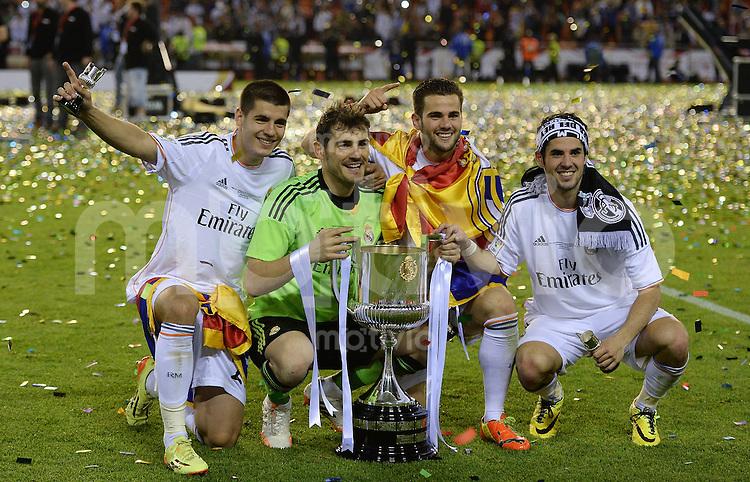 FUSSBALL  INTERNATIONAL Copa del Rey FINALE  2013/2014    FC Barcelona - Real Madrid            16.04.2014 JUBEL Real Madrid; Alvaro Morata, Torwart Iker Casillas, Raul Albiol und Isco (v.li.) jubeln mit dem Pokal