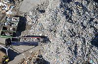 Muell Transport: EUROPA, DEUTSCHLAND, SCHLESWIG- HOLSTEIN, GEESTHACHT 15.09.2016: LKW entlaed Muell bei einem Fachbetrieb in Wiershop