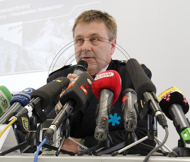 Nach dem Doppelmord im saechsischen Groitzsch hat sich ein Mann in Bayern der Polizei gestellt. Der 40 Jahre alte Jaeger gilt als dringend tatverdaechtig. Zur Festnahme nach dem Doppelmord informieren Polizei und Staatsanwaltschaft am Freitag, 3.9.2010. Bei der Pressekonferenz spricht Landespolizeipraesident Bernd Merbitz. Foto: aif / Ines Christ