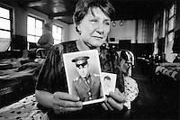 Lydia Andreevna, fra Novo-Cheboksary i Ural, i den tsjetsjenske skolen hun har bodd fire ma?neder i. Hun sa opp jobben og forlot hjemmet for a? lete etter sin sønn, Vallodiod. Han er en russisk vernepliktig soldat som er savnet i kamp, men Lydia fa?r ingen hjelp av myndighetene i sin leting etter sønnen....