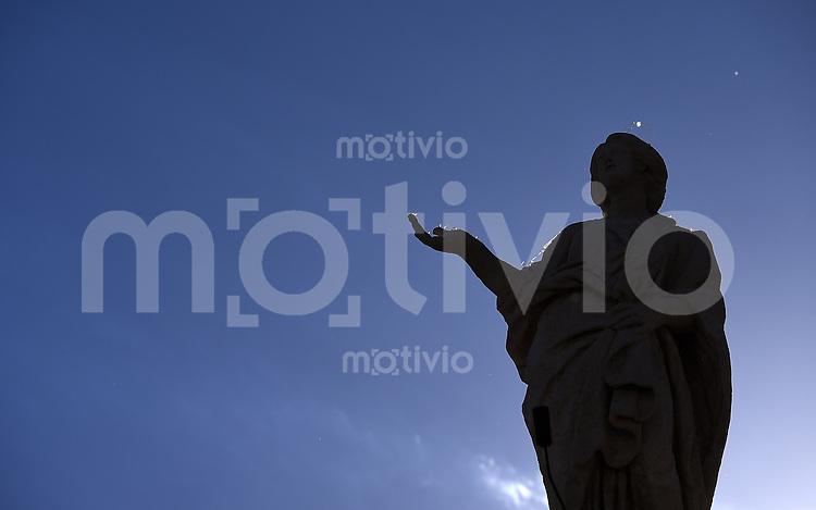 Rom, Vatikan 22.10.2014 Eine Statue einer Heiligenfigur auf dem Dach des Peterdoms im Gegenlicht  bei der woechentlichen Generalaudienz von Papst Franziskus I. auf dem Petersplatz