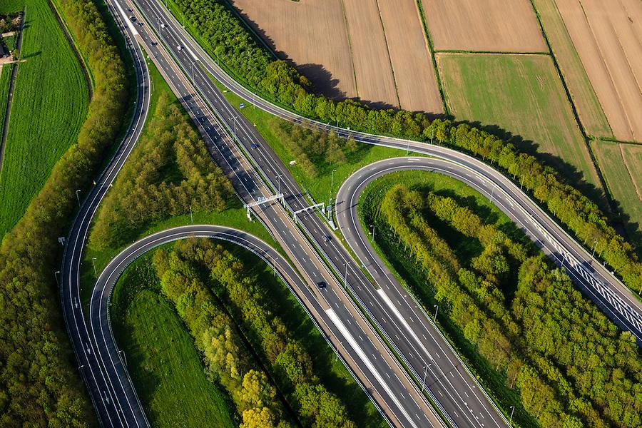 Nederland, Utrecht, Gemeente Vianen, 09-05-2013; A27, afslag Vianen. Halfklaverbladaansluiting.<br /> luchtfoto (toeslag op standard tarieven)<br /> aerial photo (additional fee required)<br /> copyright foto/photo Siebe Swart