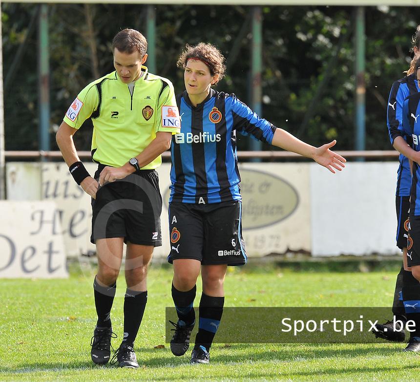 Club Brugge Dames : Jasmine Vanysacker haalt verhaal bij de ref.foto DAVID CATRY / Vrouwenteam.be