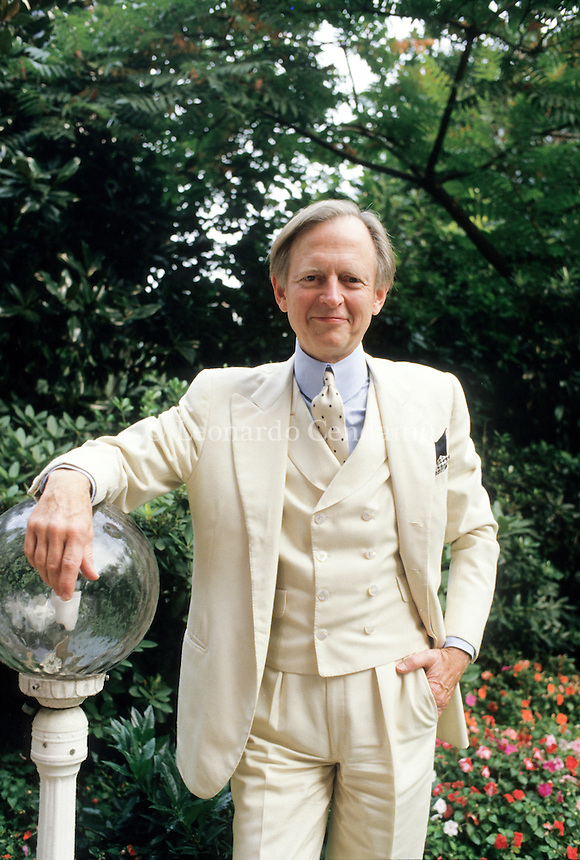 Tom Wolfe,  (born March 2, 1931)[is an American author and journalist, best known for his association and influence over the New Journalism literary movement in which literary techniques are used in objective, even-handed journalism. Milan, maggio 1990. © Leonardo Cendamo