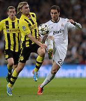 FUSSBALL  CHAMPIONS LEAGUE  HALBFINALE  RUECKSPIEL  2012/2013      Real Madrid - Borussia Dortmund                   30.04.2013 Marcel Schmelzer (li, Borussia Dortmund) gegen Gonzalo Higuain (re, Real Madrid)