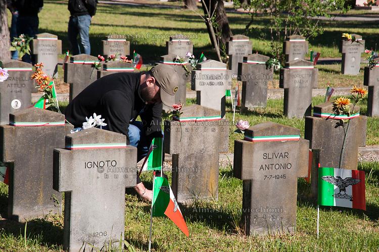 Milano, 25 Aprile 2016, Celebrazione dei gruppi di estrema destra per la commemorazione dei caduti della Repubblica Sociale Italiana al Campo 10 del Cimitero Maggiore. <br /> Milan, April 25, 2016, Celebration of far-right groups for the commemoration of the fallen of the Italian Social Republic at Camp 10 of the Cemetery.