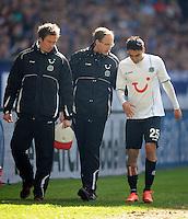 FUSSBALL   1. BUNDESLIGA   SAISON 2011/2012   29. SPIELTAG FC Schalke 04 - Hannover 96                                08.04.2012 Mohamed Abdellaoue (re, Hannover 96) muss verletzt den Platz verlassen