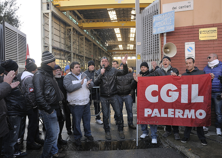 Entrance to the Fincantieri shipyard in Palermo with the workers  striking..Ingresso alla Fincantieri di Palermo con gli operai in lotta