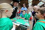 Foto: VidiPhoto<br /> <br /> ARNHEM - Ruim 550 kinderen uit Nederland en Belgi&euml;, stonden donderdag in de grote finale van de Stichting Techniekpromotie en de Nederlandse Natuurkundige Vereniging. Het jaarlijkse Techniek Tournooi voor basisschoolkinderen uit Nederland en Belgi&euml; werd dit jaar voor de twaalfde keer gehouden in het Nederlands Openluchtmuseum in Arnhem. Ruim 10.000 kinderen zijn de afgelopen maanden in groepjes van vier op school met het lesmateriaal van het toernooi aan de slag gegaan om een technische oplossing te vinden op het gebied van tijd, klokken en wekkers. De beste teams mochten donderdag hun prestaties tonen in Arnhem aan een jury van echte hoogleraren. Naast een prijs voor de beste prestatie was er ook een creativiteitsprijs. Het Techniek Tournooi is is in het leven geroepen om wetenschap en techniek in het onderwijs in te bedden en kinderen liefde en plezier bij te brengen voor technische vakken.