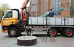 Foto: VidiPhoto<br /> <br /> WAGENINGEN - De laatste wens van de in juni overleden beeldend kunstenaar Jits Bakker gaat in vervulling. Zijn 2500 kilo zware vrijheidsbeeld op de markt in Wageningen is maandag van z'n sokkel gehesen om de komende dagen een geheel nieuw en granieten voetstuk te krijgen. Het bronzen beeld van de internationaal vermaarde kunstenaar is vorig jaar geplaatst met een betonnen voetstuk. Kleur en materiaal (beton) deden volgens Bakker echter afbreuk aan het geheel. Voor zijn dood bepaalde hij daarom nog dat er een granieten sokkel moest komen waarop het publiek ook kan zitten. Creaties van Bakker staan in veel wereldhoofdsteden. Vorig jaar onthulde prinses Beatrix nog een beeld van de kunstenaar tijdens de opening van het Sint Antonius Ziekenhuis in Utrecht.