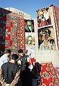 Irak 2000 .Vendeurs de tapis a Erbil.          Iraq 2000.Selling carpets in Erbil