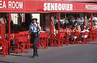Europe/France/Provence-Alpes-Côte d'Azur/83/Var/Saint-Tropez: La terrasse de Senequier et gendarme de Saint-Tropez sur le port
